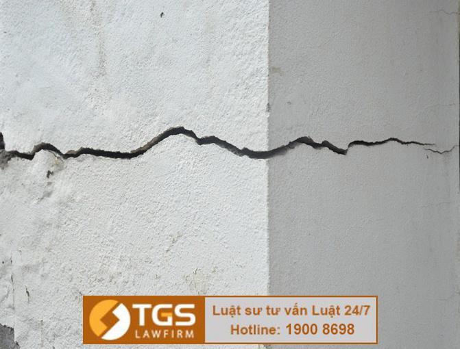 Làm hư hại nhà hàng xóm khi xây nhà thì ai có trách nhiệm bồi thường